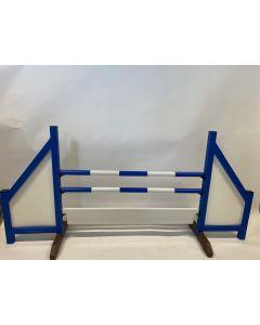 Hindernis blau (geschlossen) komplett mit zwei Sprungstangen, 6 Aufhängungshalterungen und Hindernisbrett